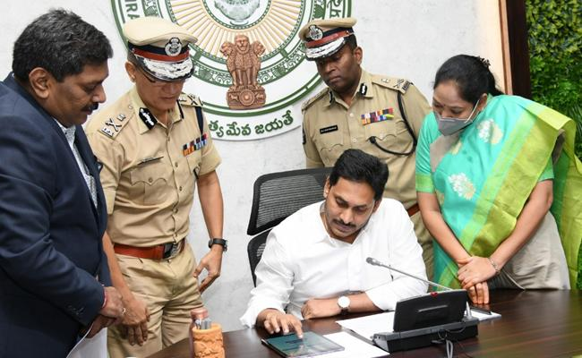 Andhra Pradesh Police Launched Police APP First In Country - Sakshi