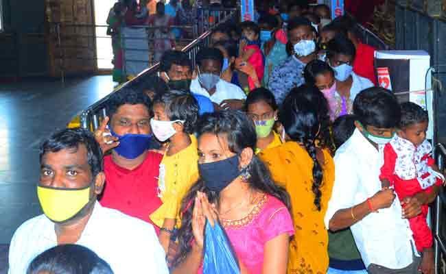 Huge Crowd Of Devotees In Yadagirigutta Temple In Nalgonda - Sakshi