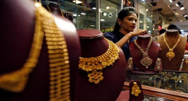 Gold, Silver prices tumbles in New York comex- MCX - Sakshi