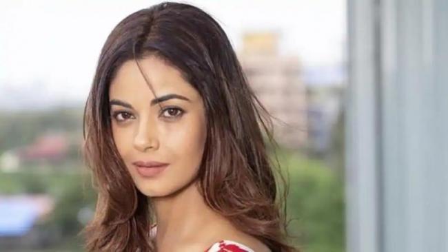 Actor Meera Chopra Says She Found CBD oil Being Sold Online - Sakshi