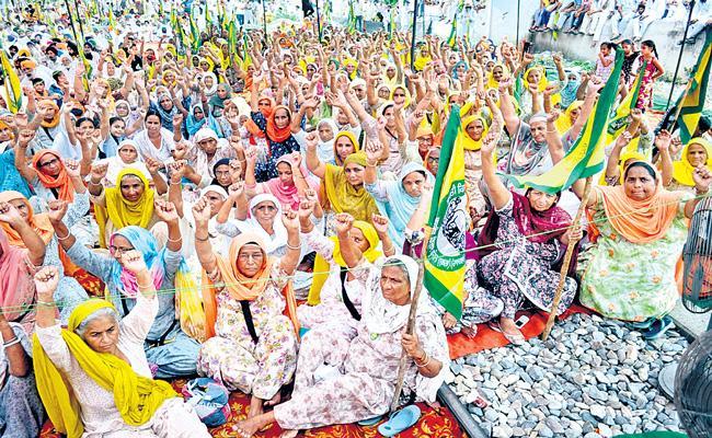 Punjab farmers organise rail roko agitation in protest against FARM Bills - Sakshi