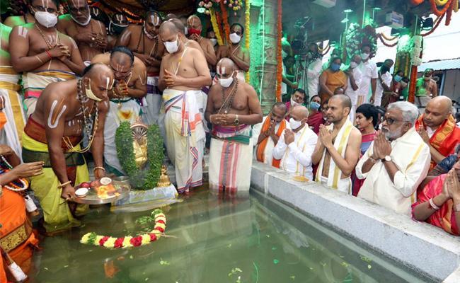 Srivari Chakrasnanam Grandly Held in Brahmotsavam - Sakshi