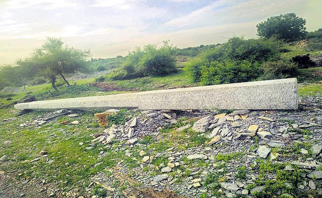 Muslim families carving flagpoles for temples - Sakshi