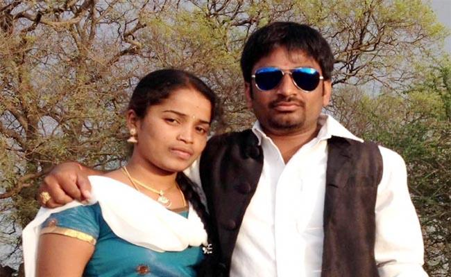 Wife And Husband Commits Suicide In Hyderabad - Sakshi