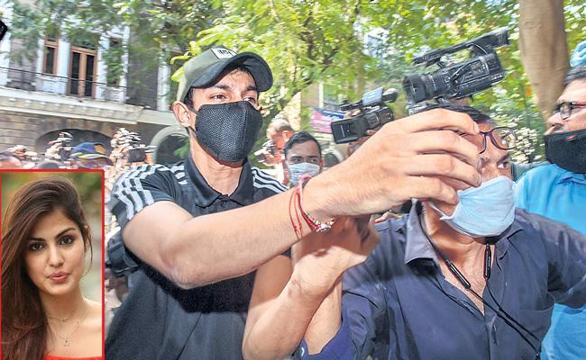 Narcotics Control Bureau arrested Rhea Chakraborty brother Showik - Sakshi