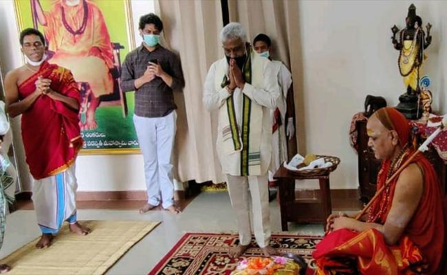 TTD Representatives Meets Swaroopanandendra In Rishikesh - Sakshi