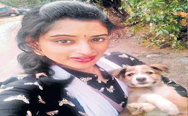 Udya Sri Helping Street Dogs At Tirupati - Sakshi
