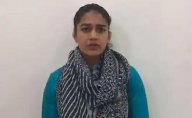Protest Against Babita For Making Offensive Remarks On Rajiv Gandhi - Sakshi