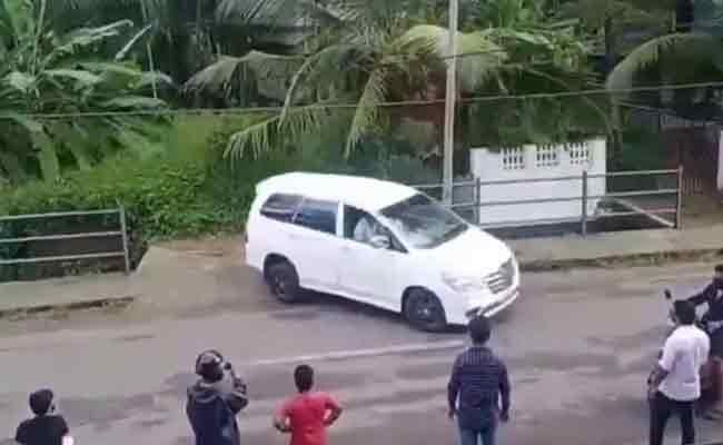 Watch Kerala Man Perfect Parallel Parking Video Became Viral - Sakshi