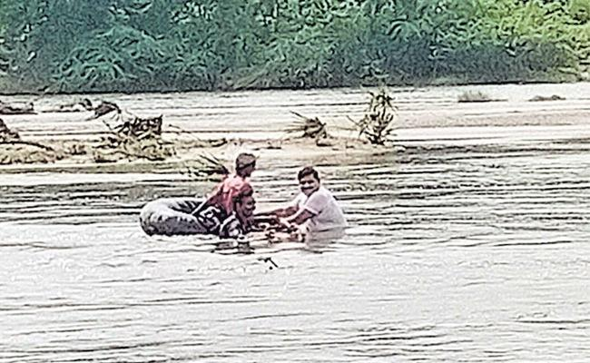 Madhira CI Rescues Man Trapped In Flood Waters - Sakshi