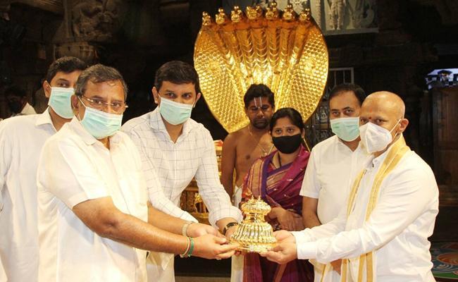 Golden Sathari Donated To Lord Venkateswara In Tirumala - Sakshi