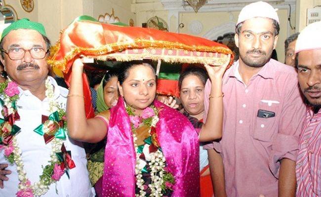 Kavitha Prayer In Nampalle Dargah - Sakshi