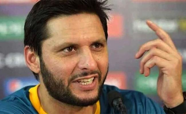 dhoni dont deserve such treatment said shahid afridi after received threats in online - Sakshi