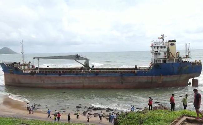 Heavy Rains In Vishaka Ship Stuck At Tenneti Park - Sakshi