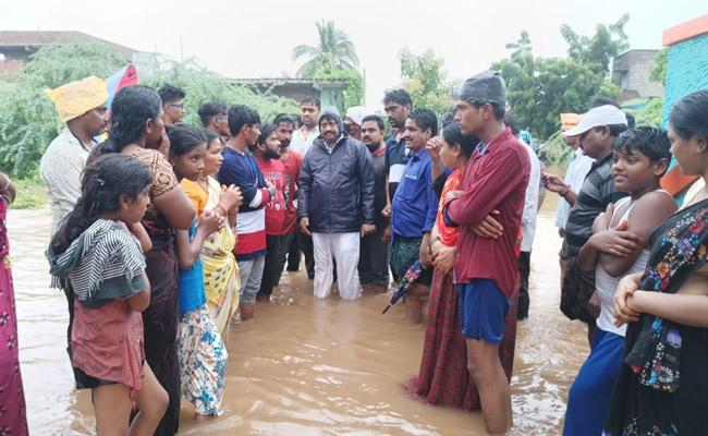 Vip Saminee Inspected The Flood Prone Areas At Dawn In krishna - Sakshi