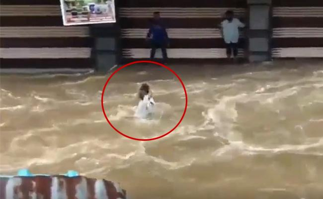 Heavy Rains In Hyderabad Mas Mining In Flood Water At Old City - Sakshi