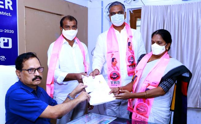 Dubbaka By Election: TRS Candidate Solipeta Sujatha Files Her Nomination - Sakshi