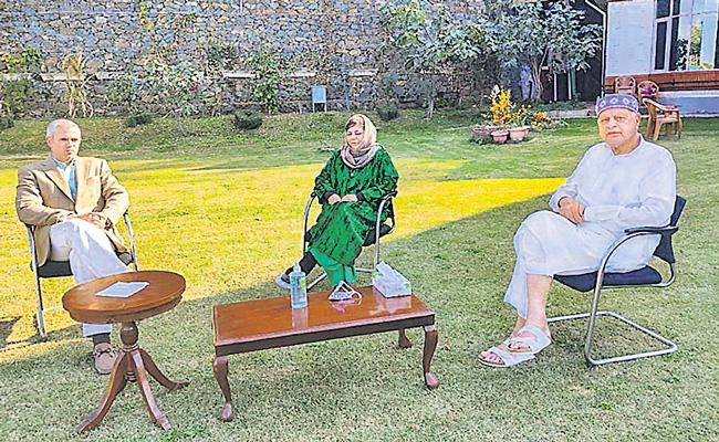 Omar Abdullah Meets Mehbooba Mufti And Farooq Abdullah - Sakshi