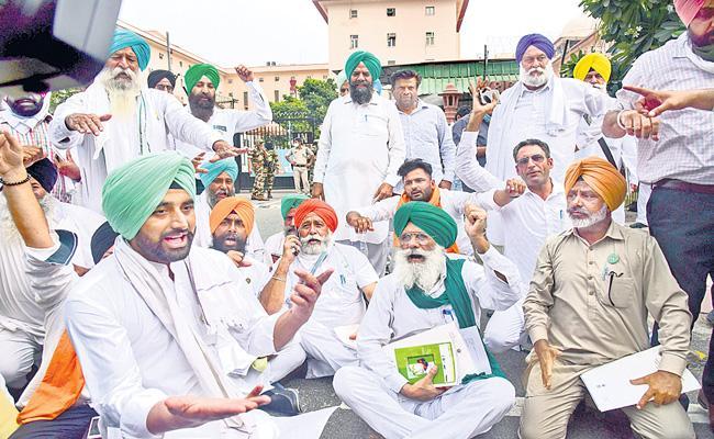 Punjab farmers boycott meeting on tear copies of new farm laws - Sakshi