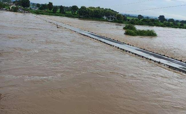 Rescue Team Rescues Workers Trapped In Flood Waters - Sakshi