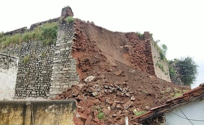 Sardar Sarvai Papanna Fort Collapsed In Khilashapur - Sakshi