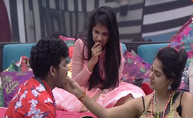 Bigg Boss 4 Telugu: Avinash Trying To Connect With Monal Gajjar - Sakshi