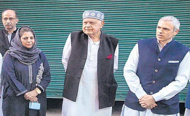 Farooq Abdullah forms alliance with Mehbooba Mufti in Jammu Kashmir - Sakshi