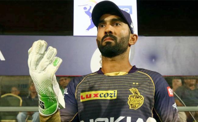 Dinesh Karthik Hands Over KKR Captaincy To Morgan - Sakshi