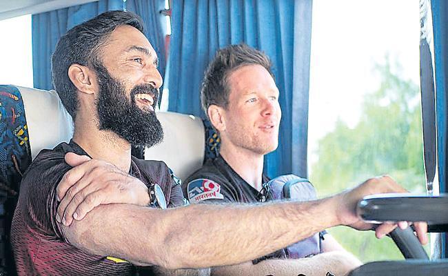 Dinesh Karthik steps down as Kolkata Knight Riders captain - Sakshi