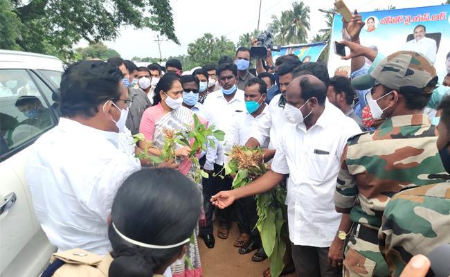 Mekathoti Sucharitha And Sri Ranganatha Raju Visit To Flood Effected Areas - Sakshi