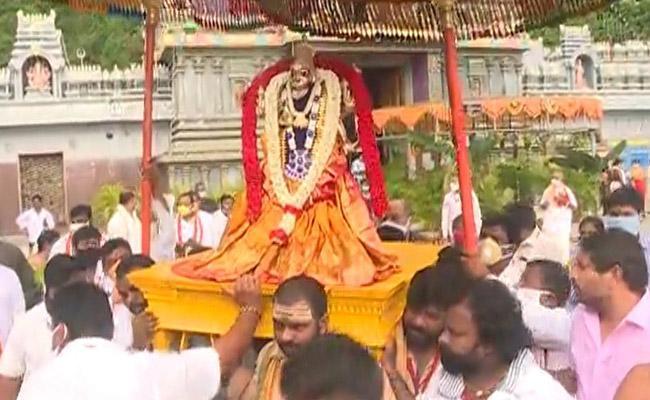 Dasara: Goddess Durga will appear as Swarna Kavachalankruta Durga Devi - Sakshi