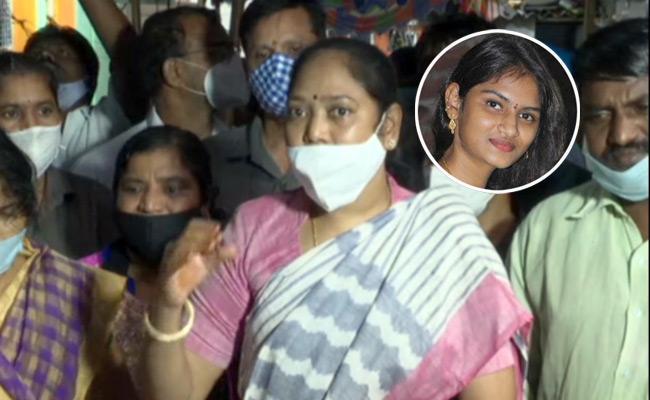 Divya Tejaswini Parents Letter To Home Minister Sucharitha - Sakshi