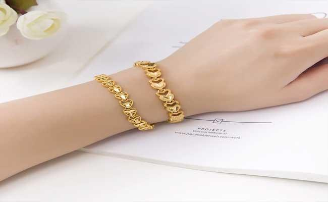 Affair Of Gold Bracelet In Kandukuru Mepma Become Hot Topic - Sakshi