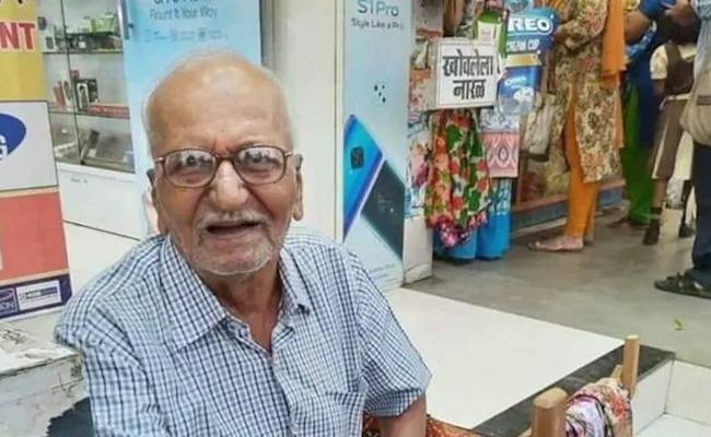 87 Year Old Mumbai Man Selling Recycled Bags Goes Viral - Sakshi