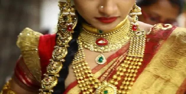 Gold and Silver prices weaken in MCX, New York Comex - Sakshi