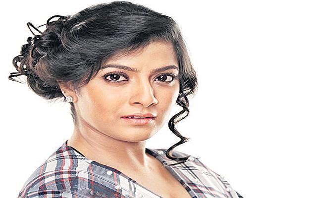 Varalaxmi Sarathkumar turns director with Kannamoochi - Sakshi