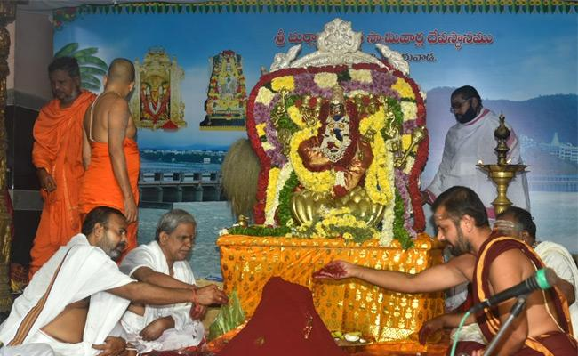 NRI Devotee Donate Kanaka Pushya Haram To Goddess Kanaka Durga - Sakshi