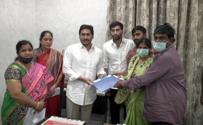 CM YS Jagan Mohan Reddy Met With Divya Tejaswini Parents In Tadepalli - Sakshi