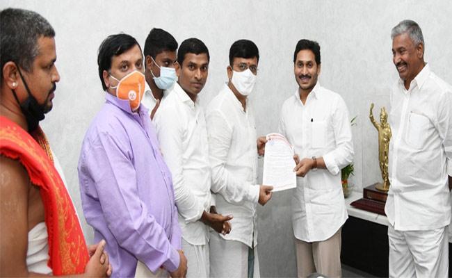 Mantralayam Committee Members Met YS Jagan Inviting Tungabhadra Pushkaras - Sakshi