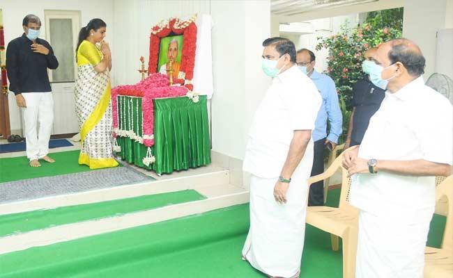 RK Roja Consoles To CMEdappadi K Palaniswami - Sakshi