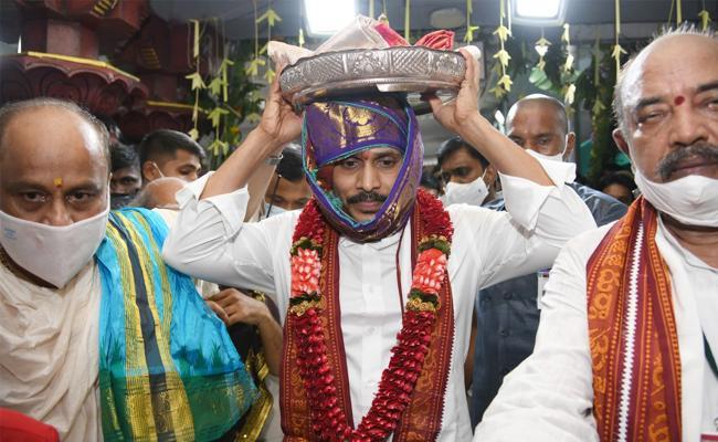 CM YS Jagan Offers Pattu Vastralu To Goddess Kanaka Durga - Sakshi