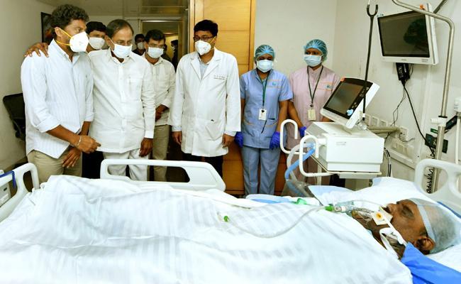 CM KCR Visits Nayini Narsimha Reddy At Apollo Hospital In Hyderabad - Sakshi