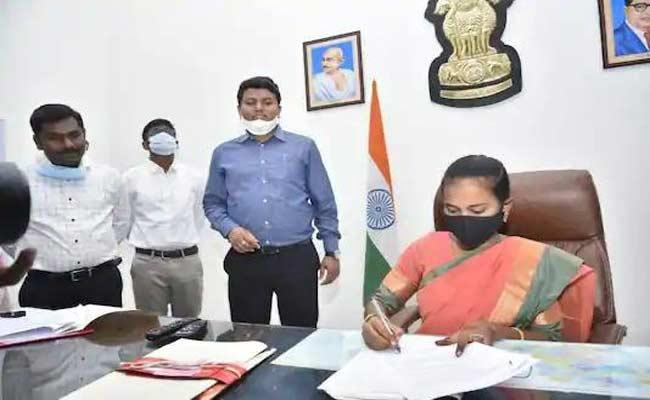 Union Minister Javadekar Praises Collector Gandham Chandrudu - Sakshi