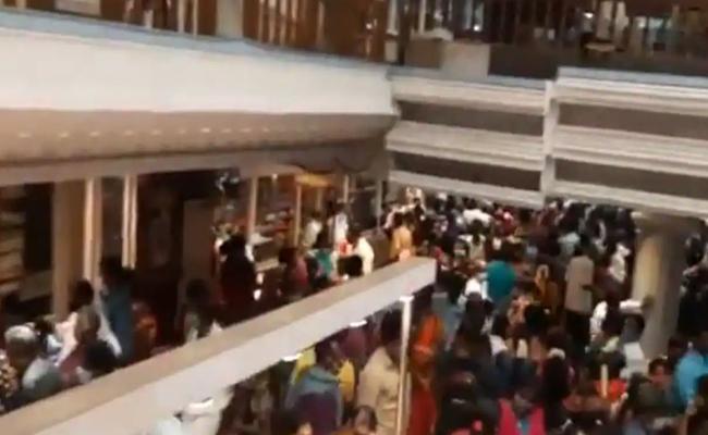 Hundreds Violate Covid Norms At Chennai Popular Silk Store Sealed - Sakshi