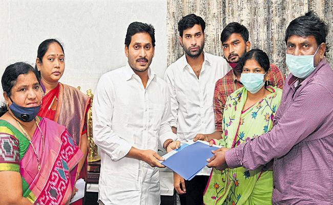 CM YS Jagan announces Rs 10 lakh assistance to Divya Tejaswini family - Sakshi