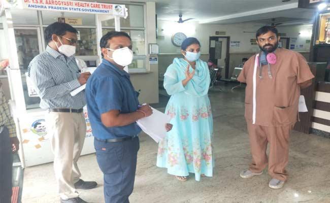 JC Siri Warned Hospital Administrator At Anantapur - Sakshi