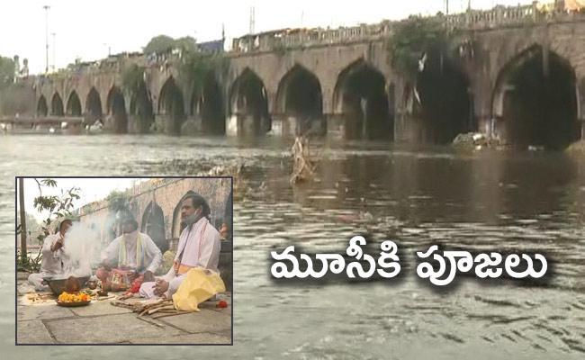 Mayor Bonthu Rammohan Doing Shanthi Pooja To Musi River In Hyderabad - Sakshi