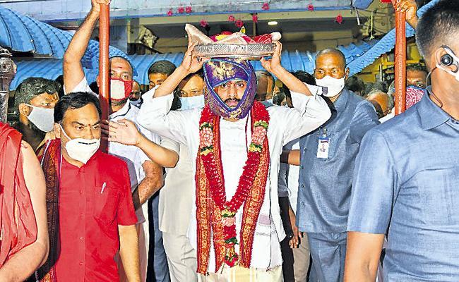 CM YS Jagan Offers Pattu Vastralu To Goddess Kanaka Durga At Indrakeeladri - Sakshi