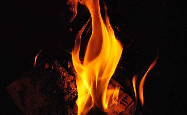 Tamil Nadu: Wife Who Poured Petrol On Her husband And Killed Him - Sakshi