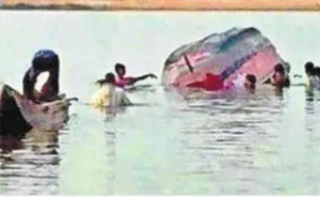 Two Boats Sank In Indravati River, Two Women Were Missing - Sakshi